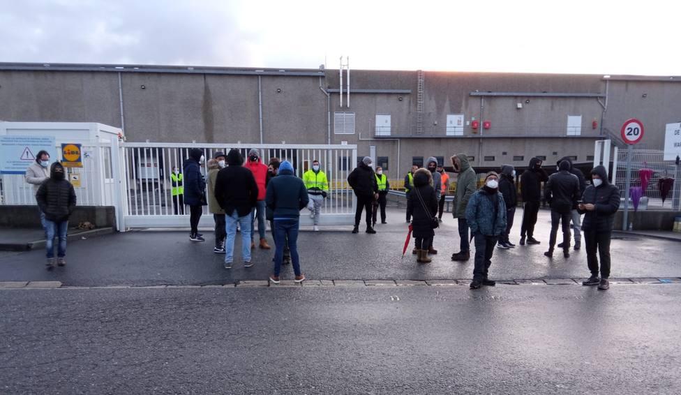 Concentración a las puertas del almacen logístico de LIDL en Narón - FOTO: CIG