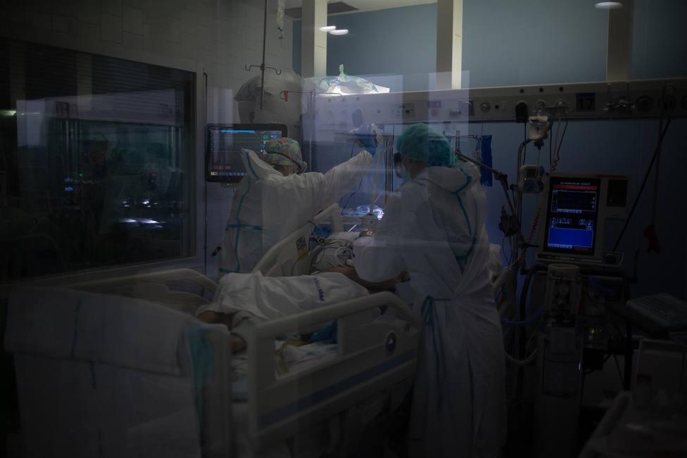Trabajadores sanitarios atienden a un paciente en una UCI - David Zorrakino - Europa Press - Archivo