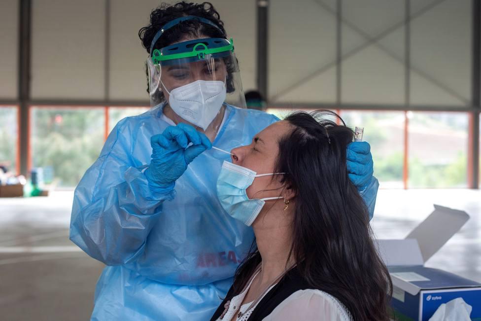 Personal sanitario haciendo una PCR - FOTO: EFE / Brais Lorenzo