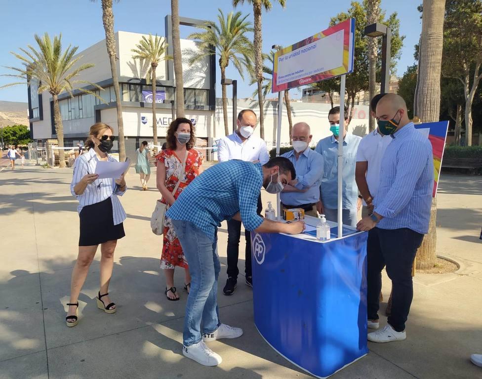 """Los almerienses respaldan con su firma la campaña del PP contra los indultos y """"por la unidad nacional"""""""