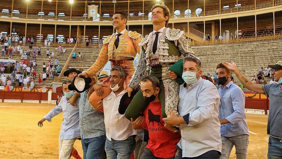 José María Manzanares y El Juli en su salida a hombros este jueves en Alicante