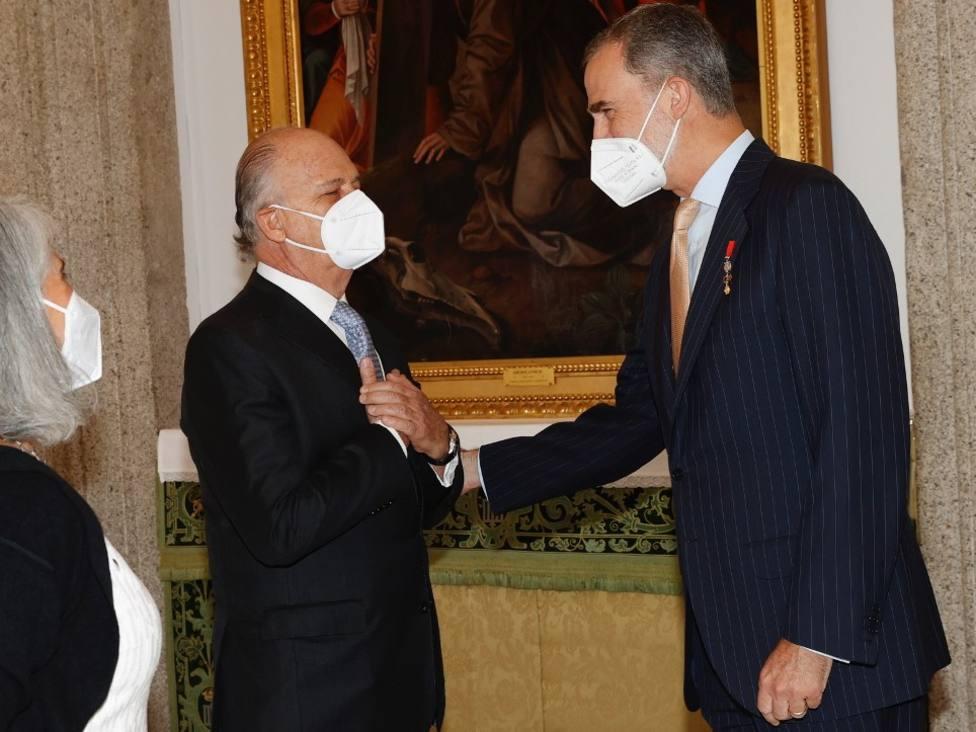 Felipe VI saluda a Enrique Krauze y su esposa Andrea Martínez /Casa S.M. el Rey