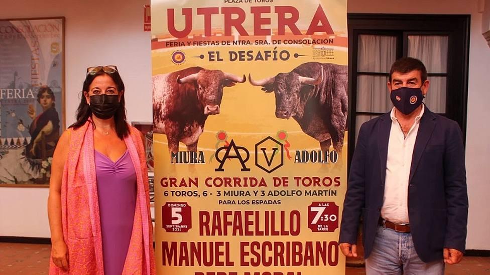 Mª del Carmen Cabra y Carmelo García junto al cartel del Desafío Ganadero de Utrera