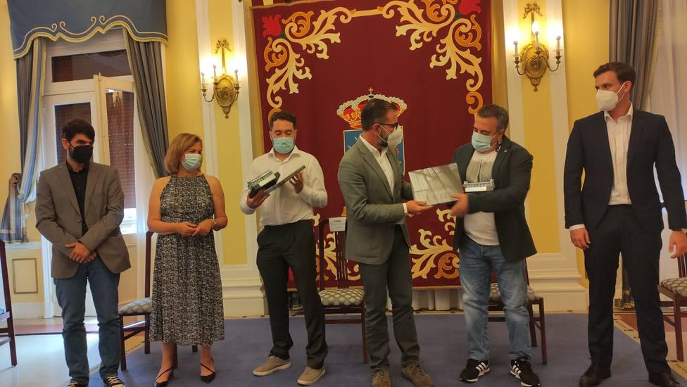 Los cocineros reciben sus credenciales como primeros embajadores - FOTO: Concello de Ferrol