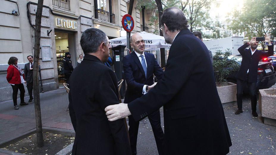 Fernando Giménez Barriocanal, Julián Velasco y Rafael Pérez del Puerto saludan al presidente Rajoy a su llegada a COPE