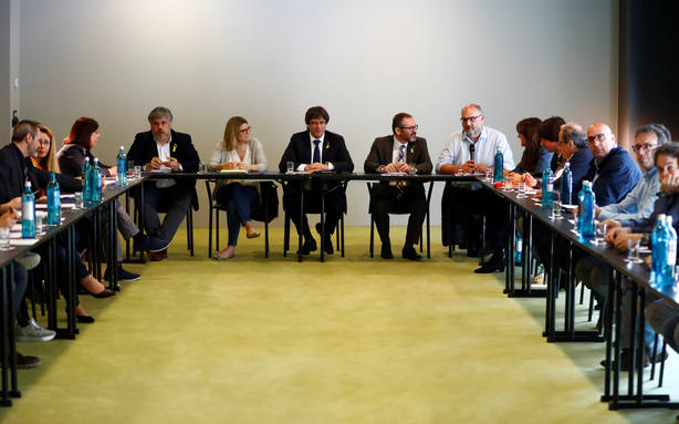 Puigdemont reunido con el grupo parlamentario de Junts Per Catalunya en Berlín. REUTERS