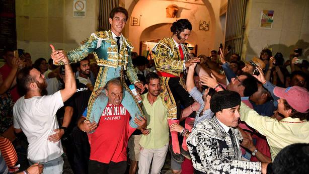 Ginés Marín y Morante de la Puebla en su salida a hombros este viernes en Almería