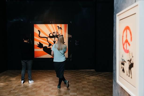 Bansky. Genius or vandal? recorre en Ifema el controvertido universo del artista a través de más de 70 creaciones