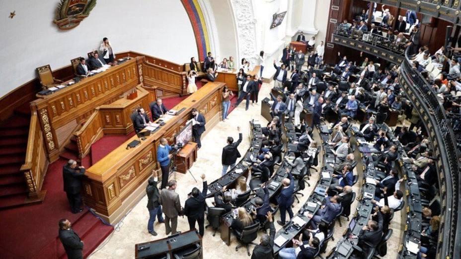 La Asamblea Nacional tacha a Maduro de usurpador y señala a Guaidó como su sustituto