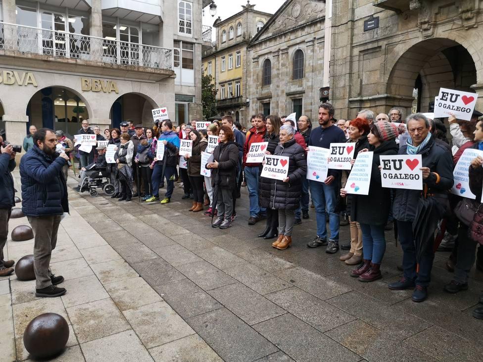 Un centenar de personas se concentra contra la anulación parcial de la ordenanza del gallego en Lugo