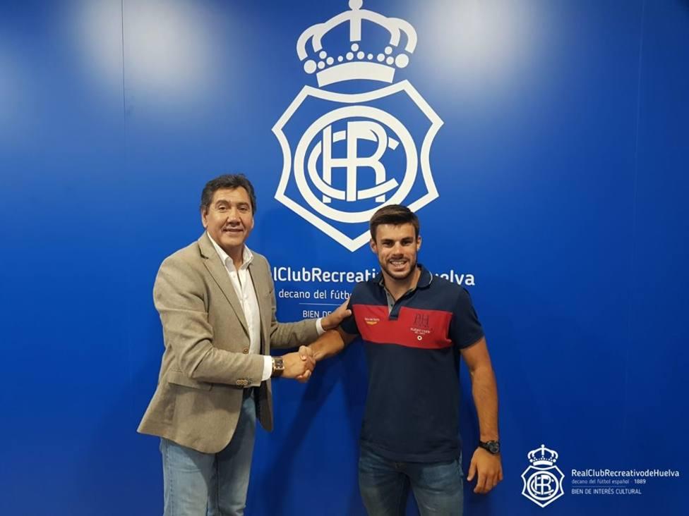 Manolo Zambrano junto al nuevo jugador del Recre, el onubense Miguel Cera
