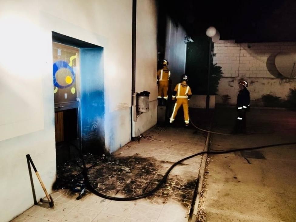 Bomberos trabajan en la extinción del incendio declarado en las instalaciones de Onda Jaén.