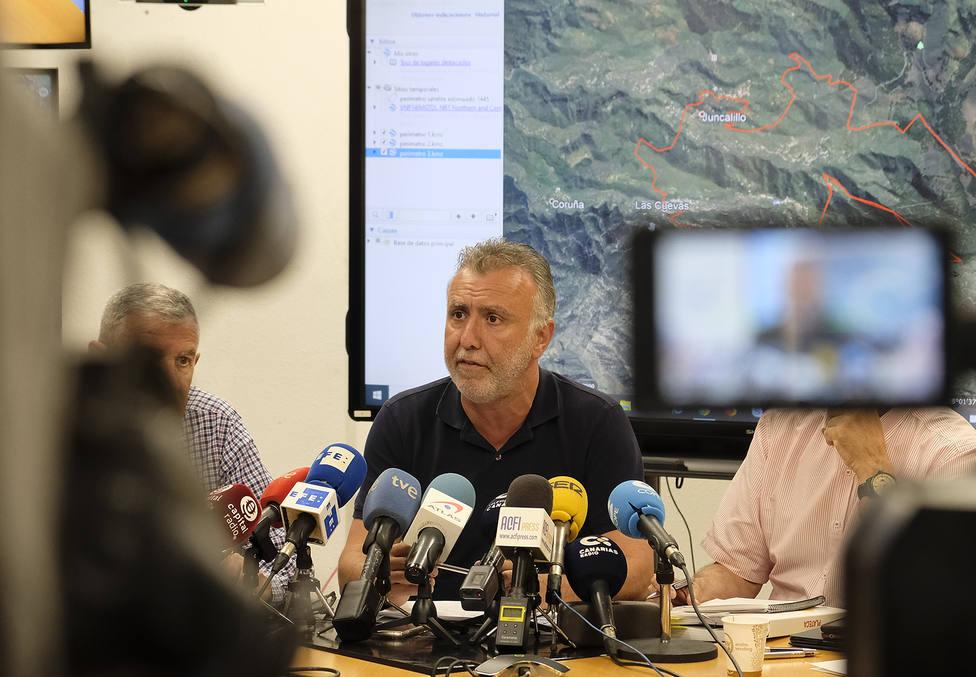 El presidente del Gobierno canario dice que se está haciendo todo lo posible y más para extinguir el fuego