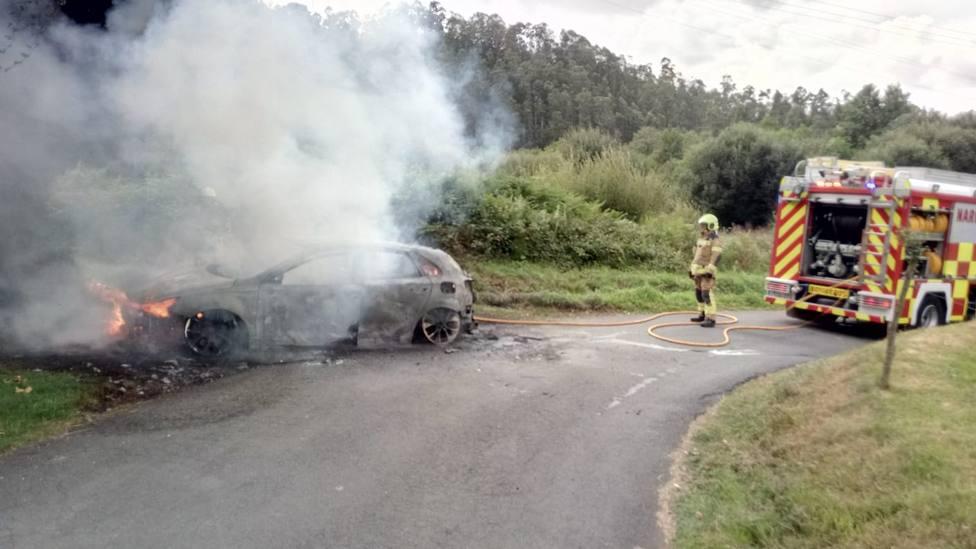 Intervención de los efectivos de emergencias en las tareas de extinción del vehículo - FOTO: SPEIS Narón