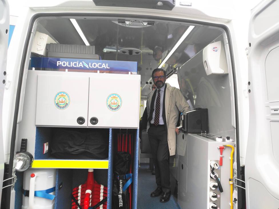 Ángel Mato en el interior del nuevo furgón de Atestados de la Policía Local de Ferrol