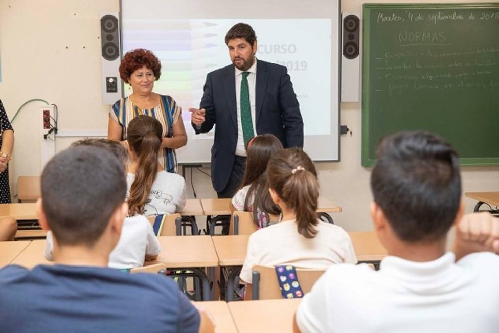 El presidente de Murcia, Fernando López Miras, en una clase de un colegio de la localidad de Cehegín