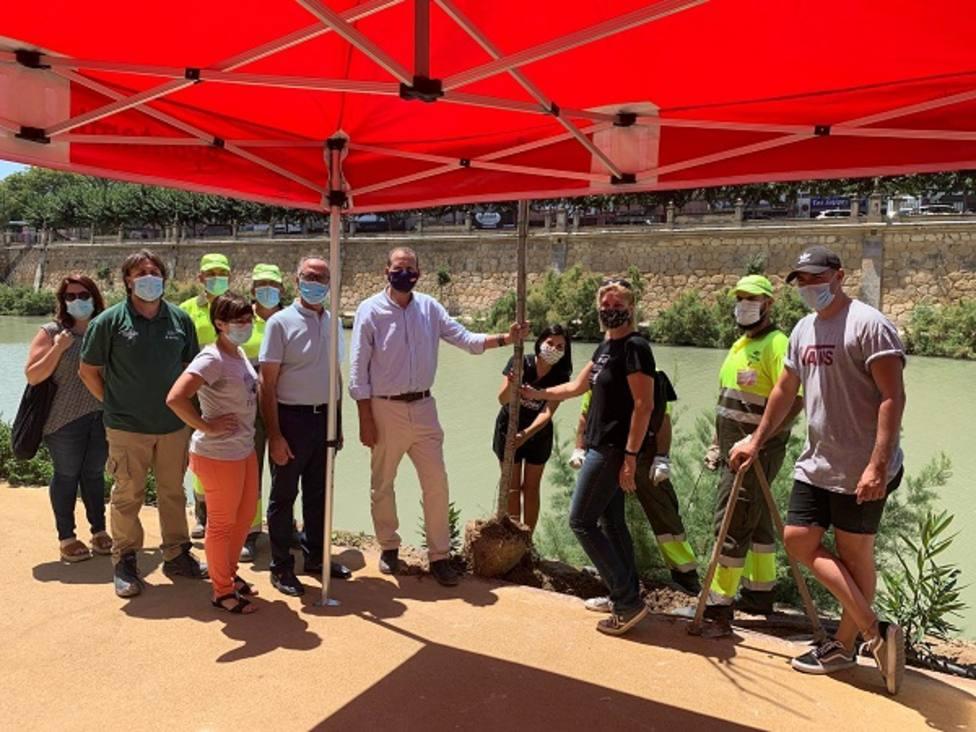 Decenas de voluntarios plantan más de 300 árboles y especies vegetales de ribera en el Día mundial del árbol
