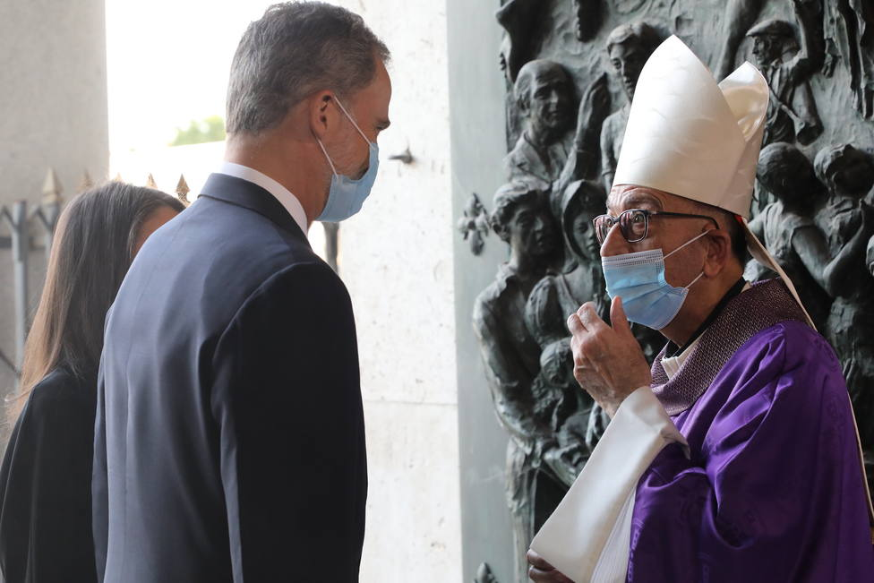 Felipe VI conversa con Monseñor Omella, presidente de la Conferencia Episcopal / Archidiócesis Madrid