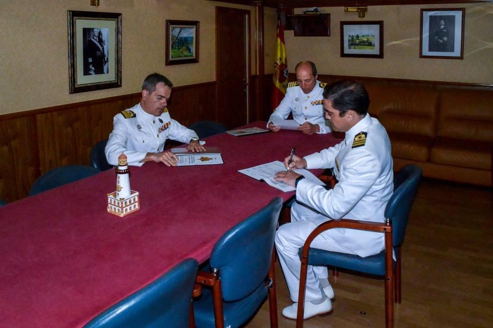 El capitán de fragata Leira Neira entrega el mando de la fragata en Ferrol a José María Almira García