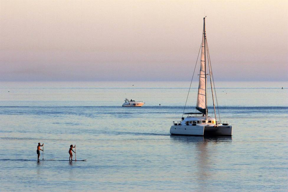 Varias personas disfrutan de deportes acuáticos en La Malagueta.