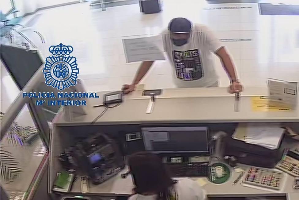 Sucesos.- Un hombre aprovecha la mascarilla para hacerse pasar por su padre y sacar más de 8.000 euros del banco