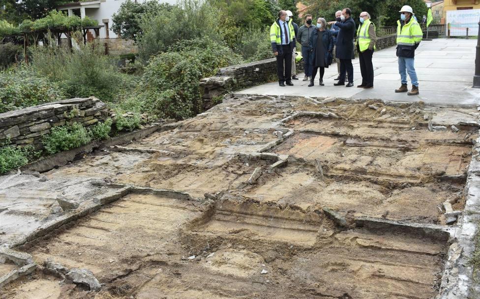 Las obras se han iniciado levantando las losas de piedra situadas en el paseo - FOTO: Concello de Pontedeume