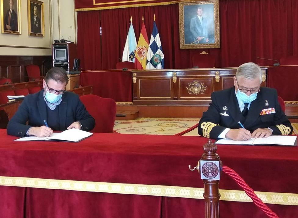 Ángel Mato y Antonio Duelo durantla firma del convenio - FOTO: Concello de Ferrol