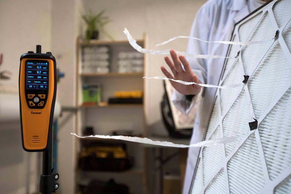 Limpia el aire de aerosoles con un ventilador y un filtro para evitar contagios de covid-19