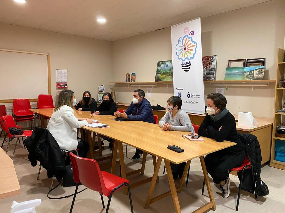 Ana Lamas se reunió con responsables de Aurega en su local de Narón - FOTO: Diputación