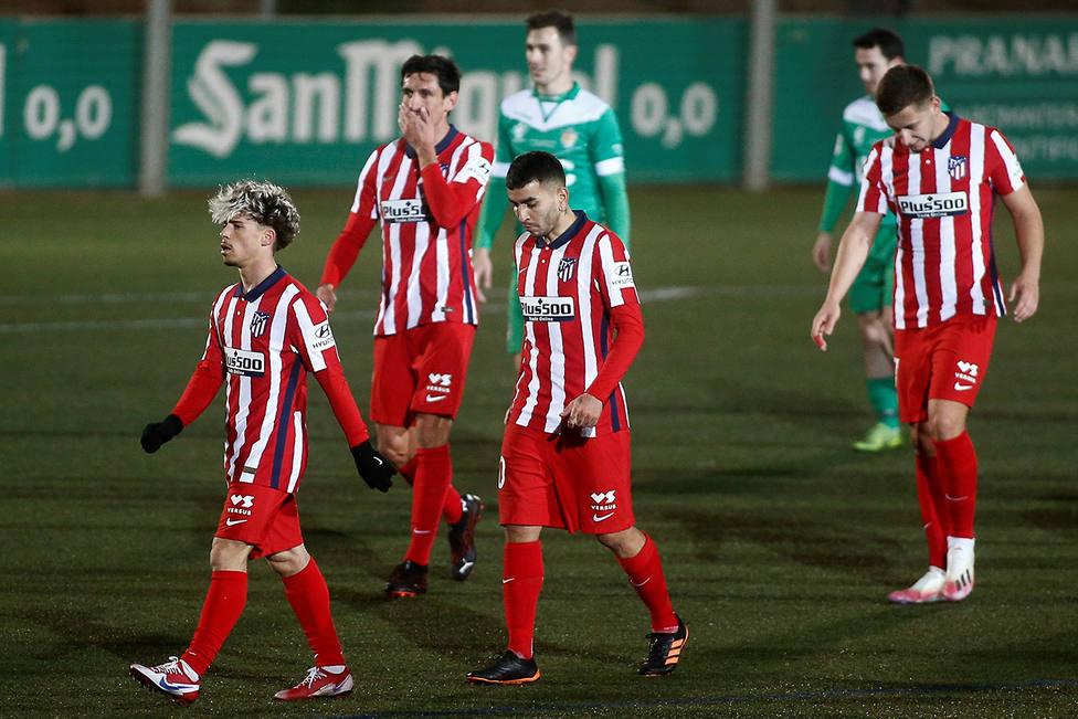Los jugadores del Atlético, cabizbajos tras la debacle de Cornellá (EFE)