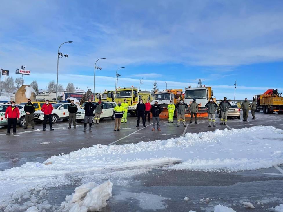 AMPL.- El Gobierno regional envía equipos de refuerzo para ayudar a afrontar el temporal de nieve que sufre Madrid