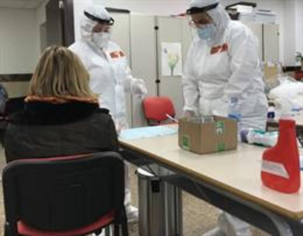 Una trabajadora de la Universitat Abat Oliba CEU de Barcelona se somete a una prueba de antígenos