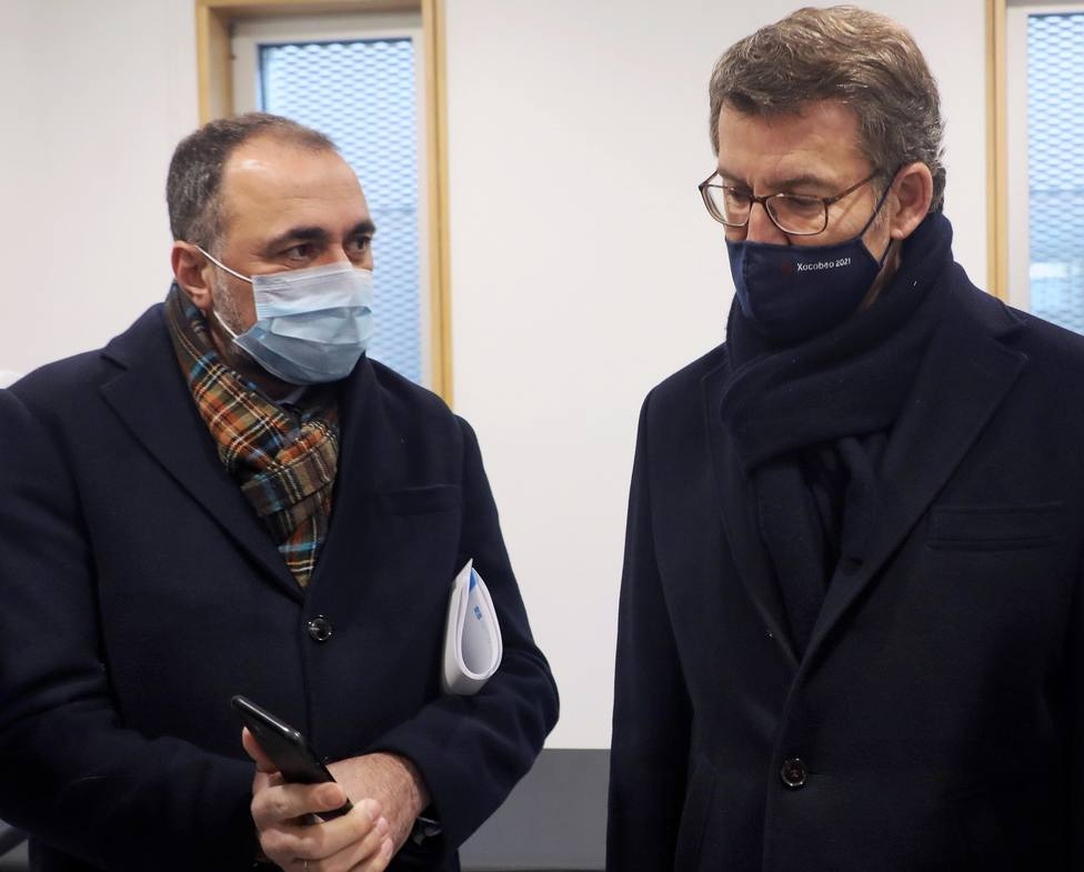 El conselleiro de Sanidade, Julio García Comesaña, con el presidente de la Xunta - FOTO: EFE / Xoán Rey