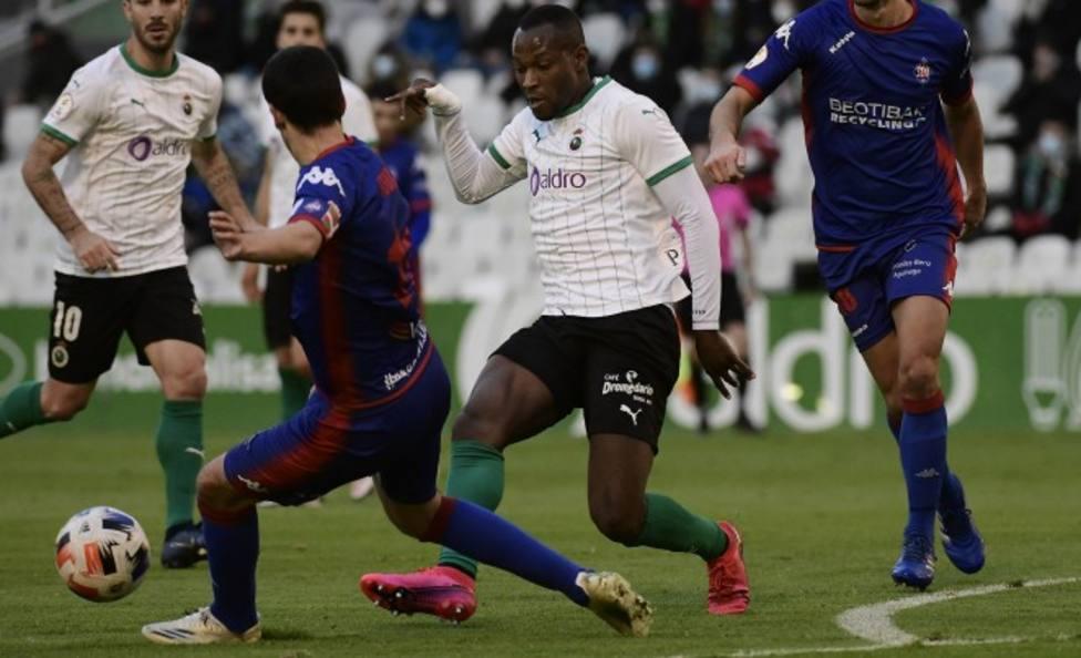 Cedric, durante el partido disputado ante el Amorebieta en El Sardinero