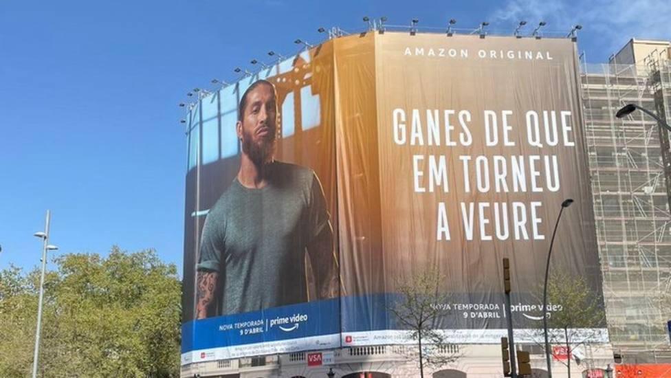 Ramos imita a Laporta colgando una pancarta en Barcelona para promocionar su documental