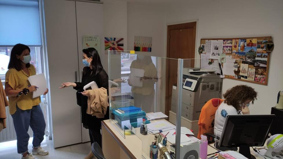 La concejala Eva Martínez visitó la Oficina de Voluntariado de Caranza. FOTO: Concello Ferrol