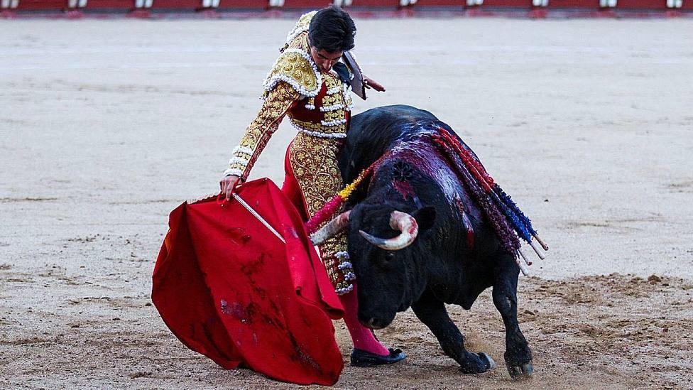 Derechazo de Álvaro Lorenzo durante la faena al quinto toro en Toledo, al que cortó las dos orejas