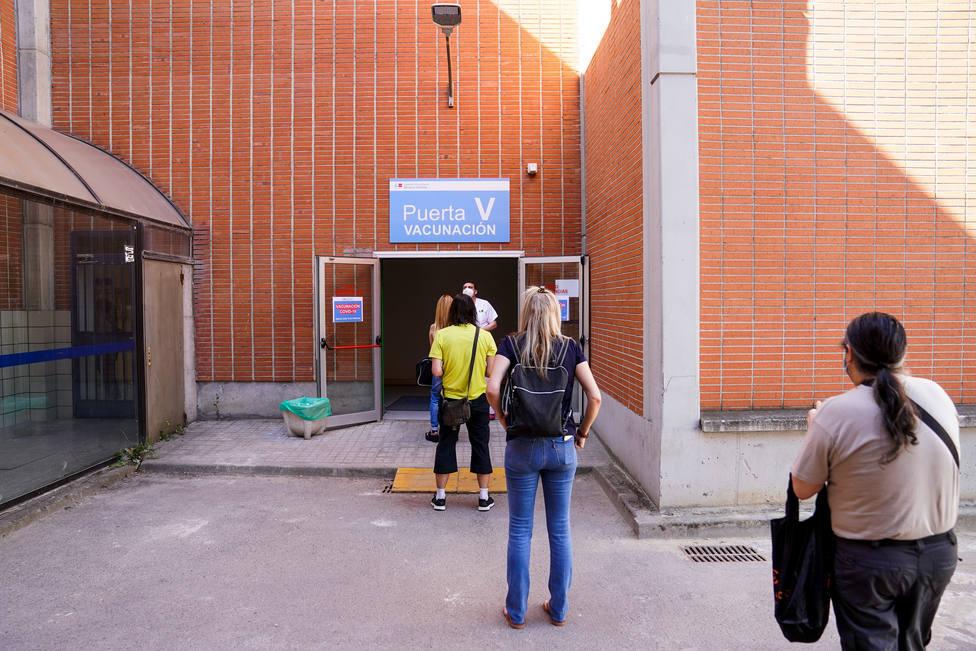 Fila de pacientes que esperan para recibir la vacuna   FOTO: A. Pérez Meca/ Europa Press