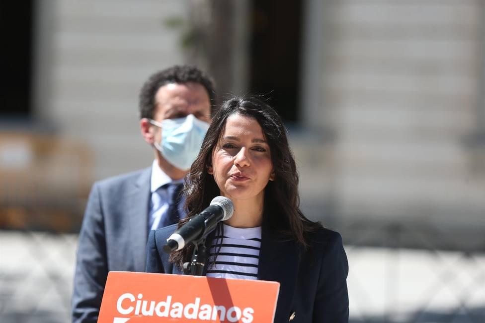 La presidenta de Ciudadanos, Inés Arrimadas, atiende a los medios de comunicación en las inmediaciones del TS