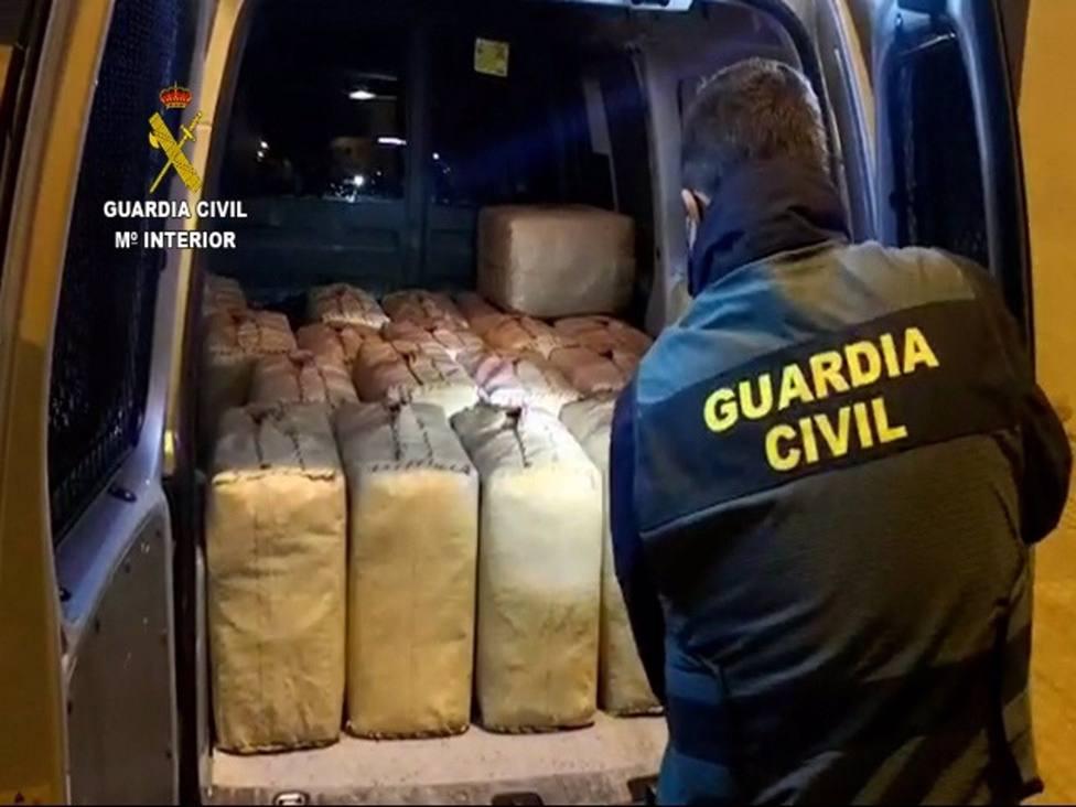 La Guardia Civil detiene a 26 integrantes de una red dedicada al tráfico de hachís por las costas de Málaga