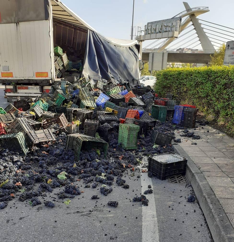 Camión volcado en Ourense