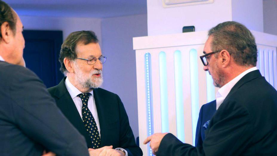 Rajoy dialoga con Carlos Herrera y el resto de contertulios antes de comenzar la entrevista