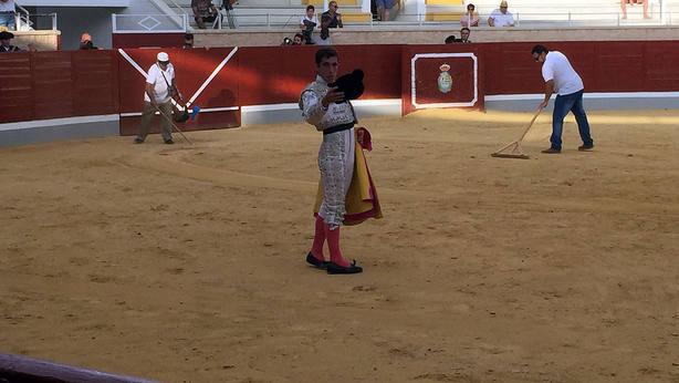 Cristóbal Reyes saludando la única ovación del festejo inaugural del Alfarero de Oro de Villaseca