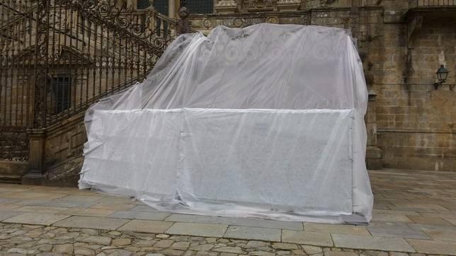 En marcha la limpieza de las pintadas en la Catedral de Santiago