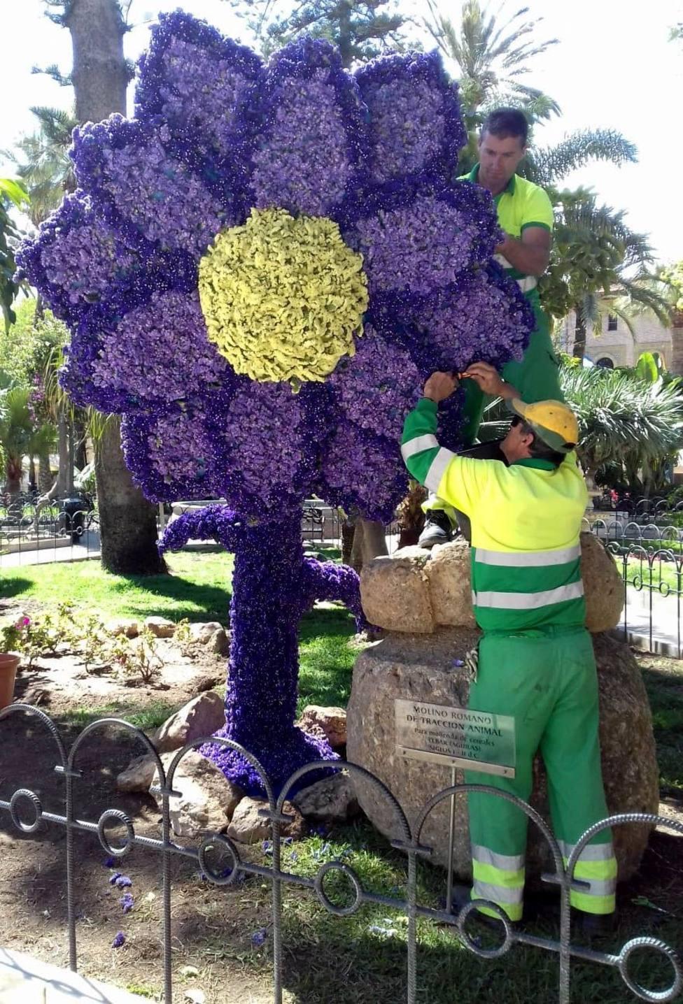 Una flor de tres metros de altura embellece la plaza de España con motivo de la Semana Santa