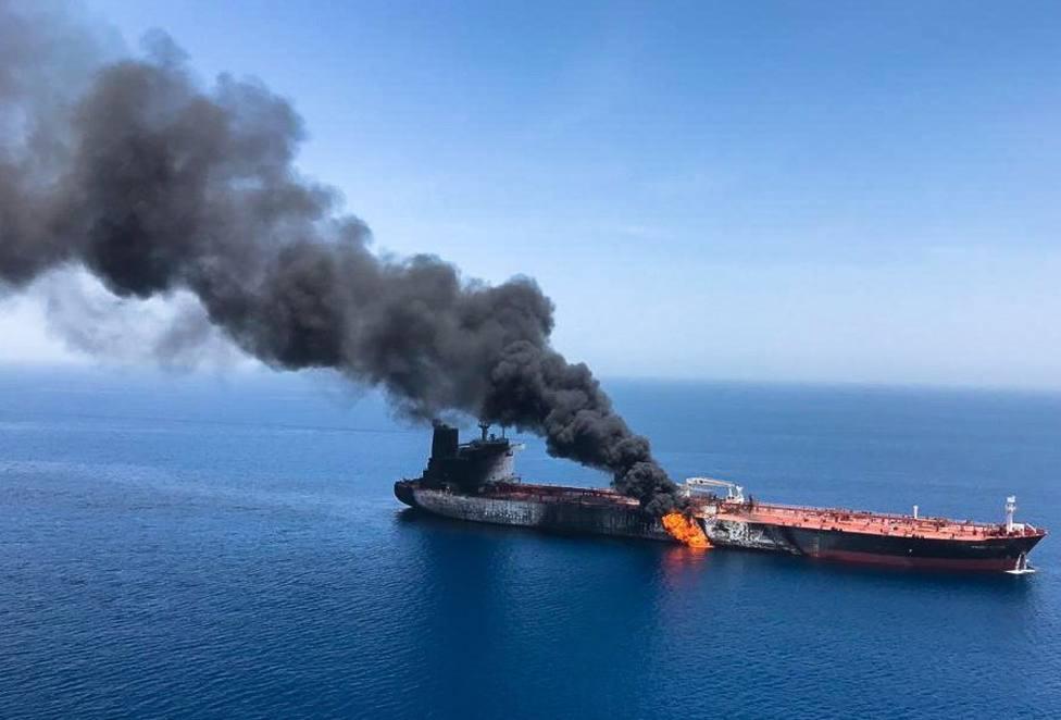 Imagen que muestra el presunto buque petrolero noruego Front Altair en llamas