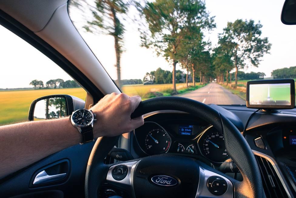El peligro de conducir con una sola mano