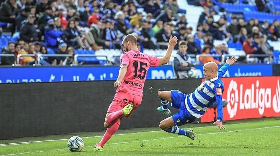 Mikel Villanueva, que hizo su primer gol, pela con el deportivista Mollejo. (Foto: Deportivo)