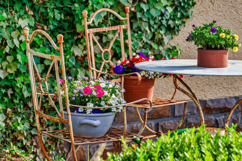 Estos son los trucos que no debes perderte para dejar perfectos tus muebles de jardín