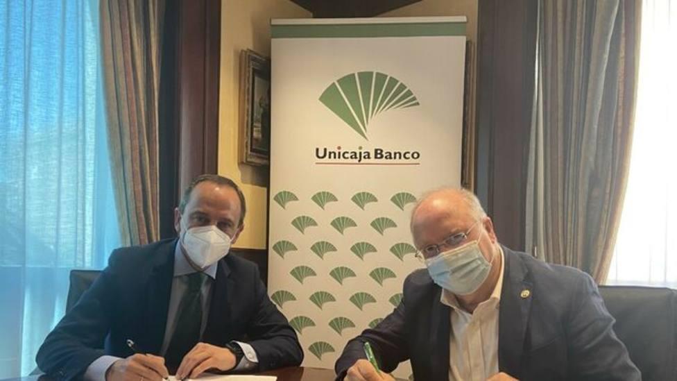 Firma del acuerdo de colaboración entre Unicaja y las hermandades de Málaga.
